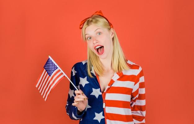 Vacaciones de verano de julio celebración del día de la independencia chica de moda con bandera americana en mano nacional