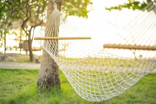 Vacaciones de verano en la playa con hamaca en la vista del jardín.