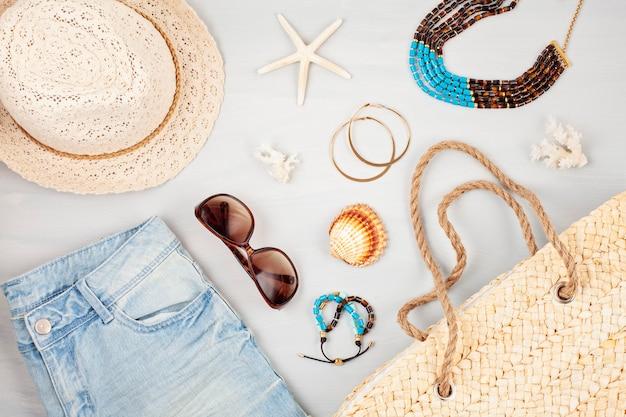 Vacaciones de verano, viajes, turismo concepto plano lay. playa, campo, accesorios urbanos informales