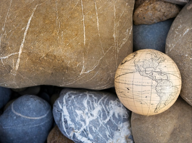Vacaciones viajes verano fin de semana mar aventura viaje concepto. globo antiguo de la vendimia a disposición en fondo de las rocas.