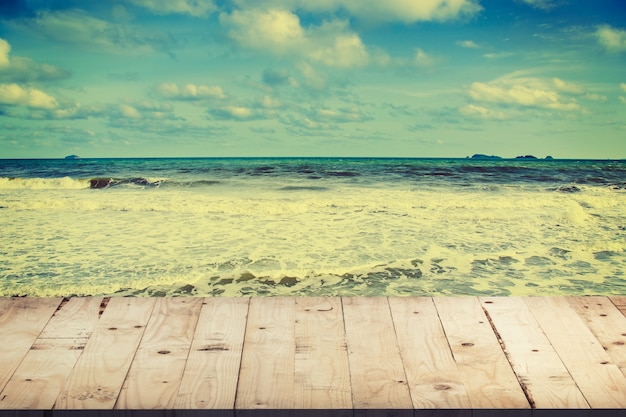 Vaciar la mesa de madera para la visualización del producto y el montaje en la playa con tonos vintage.