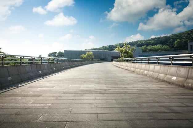 Vaciar el suelo y el moderno pasillo arquitectónico