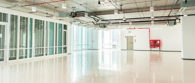 Vacie el espacio limpio grande del pasillo del pasillo de la oficina con la fachada de la pared de la ventana, interior moderno del negocio blanco