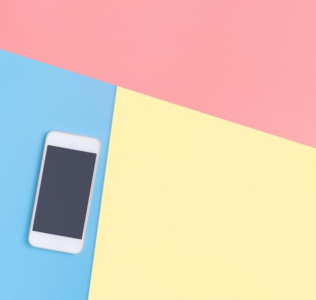Vacíe la pantalla del teléfono móvil en el espacio de copia azul para el cartel y el texto