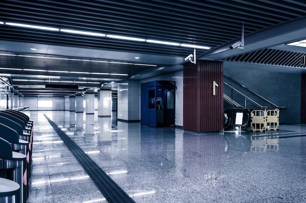 Vacie el pasillo largo en el edificio de oficinas moderno.