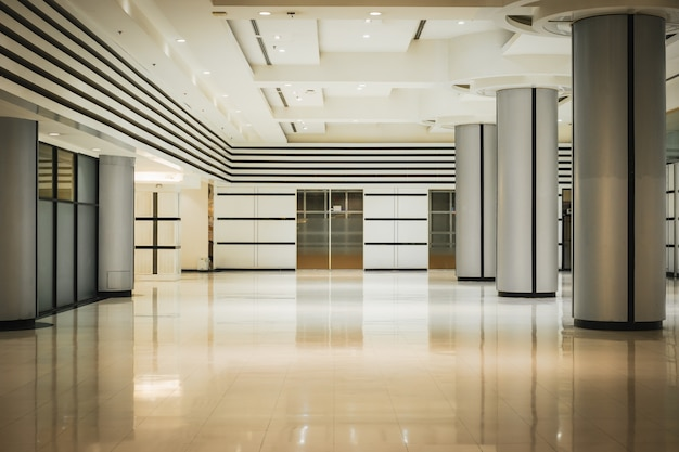 Vacie el pasillo y la puerta largos en el edificio de oficinas moderno.