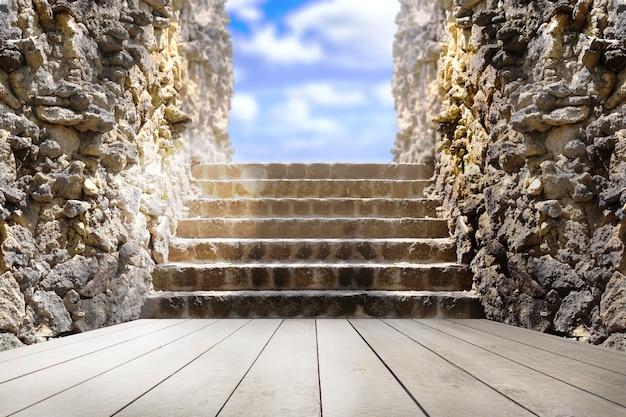 Vacío al aire libre con cielo azul, pared de roca y piso de madera