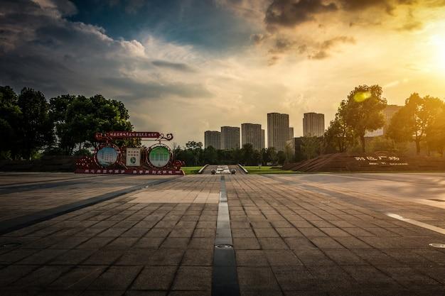 Vacío, asfalto, camino, por, moderno, ciudad, en, china.