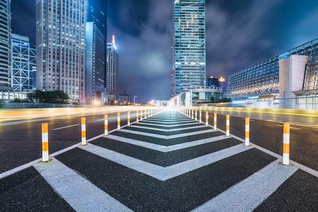 Vacío, asfalto, camino, por, moderno, ciudad