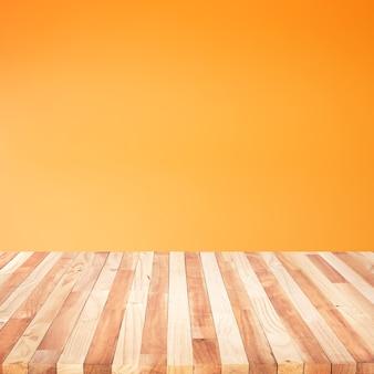 Vacío de la mesa de madera en color naranja pastel
