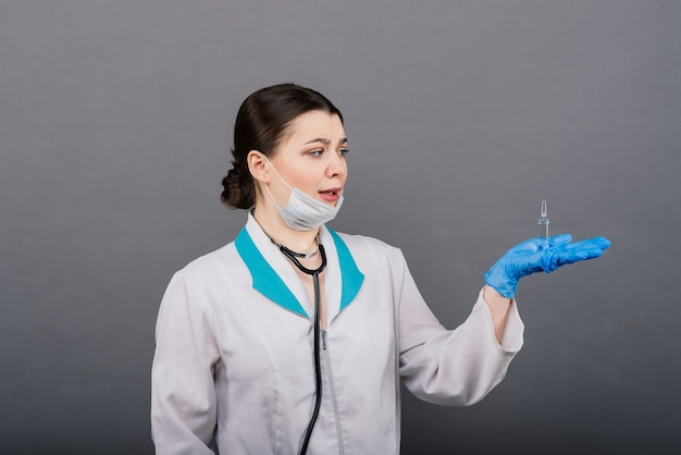 Vacuna contra el coronavirus covid-19. médico científico con jeringa analizando el virus sars-cov-2 en la investigación de que la vacuna esté lista para el ensayo clínico.