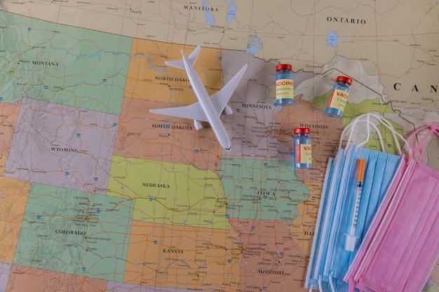 Vacuna de inmunidad para la salud viajando con máscara quirúrgica para derrotar a las botellas de la vacuna coronavirus covid-19 en el mapa de américa del norte