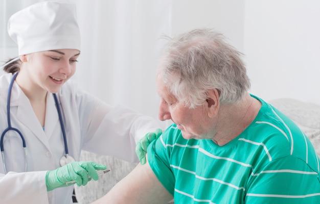 Vacunar a una persona mayor