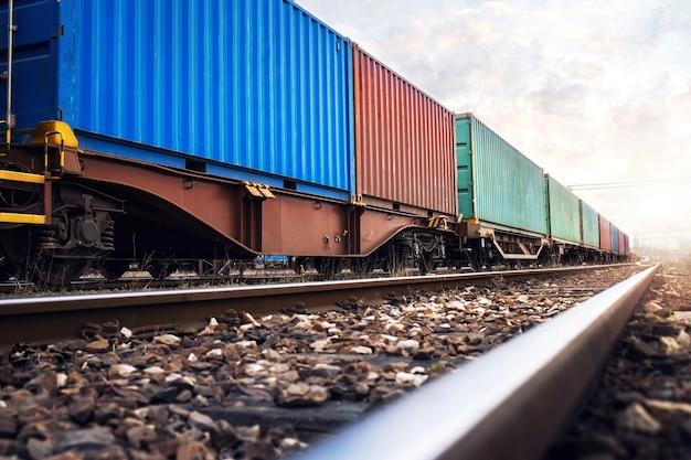 Vagones de tren que transportan contenedores de carga para empresas navieras