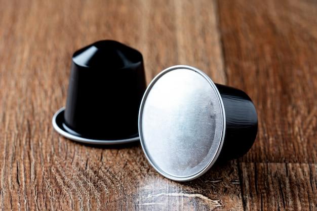 Vainas de cafe en mesa de madera o capsula de cafe