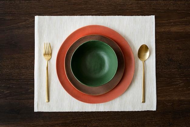 Vajilla colorida en una vista aérea de la mesa de madera