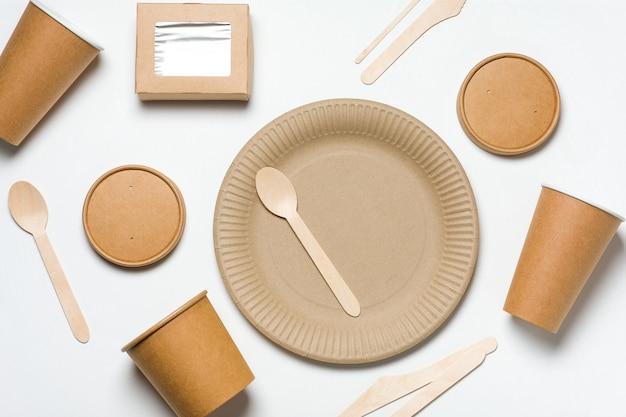 Vajilla desechable ecológica hecha de madera de bambú y papel de comida rápida en blanco.
