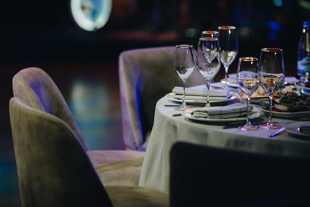 Vajilla de lujo hermosa mesa en restaurante