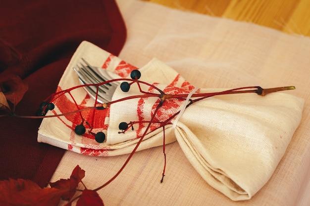 Vajilla en la mesa de la cocina con decoración otoñal de cerca