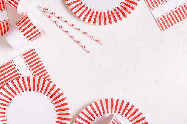 Vajilla de papel desechable ecológica. concepto de fiesta, picnic o barbacoa.