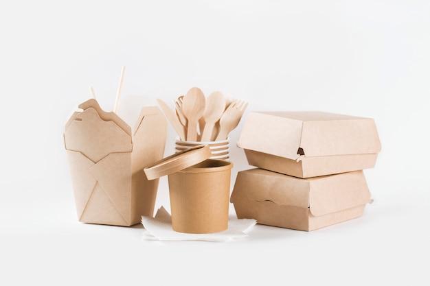 Vajilla de papel ecológica artesanal. reciclaje y concepto libre de plástico.