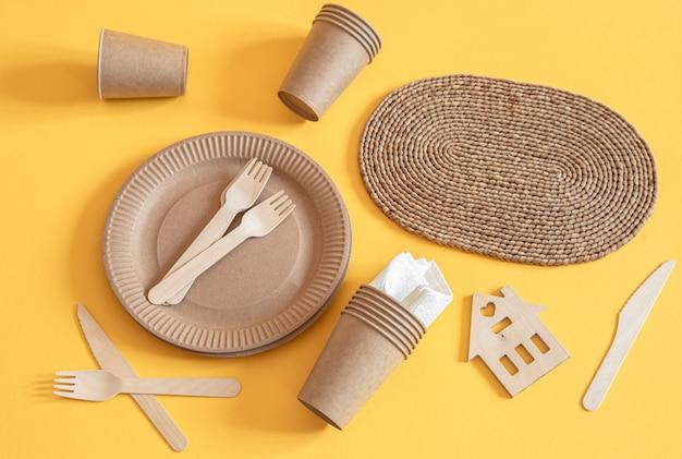 Vajilla de papel reciclable elegante y ecológica.