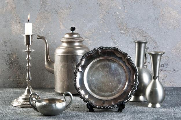 Vajilla de plata vintage sobre fondo de hormigón