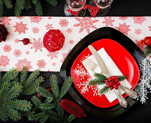 Vajilla tradicional en la mesa de navidad. endecha plana. vista superior