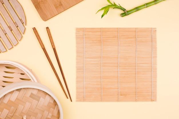 Vajilla y utensilios asiáticos vistos desde arriba