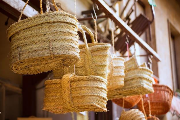 Valencia artesanía tradicional de esparto cerca del mercado central.