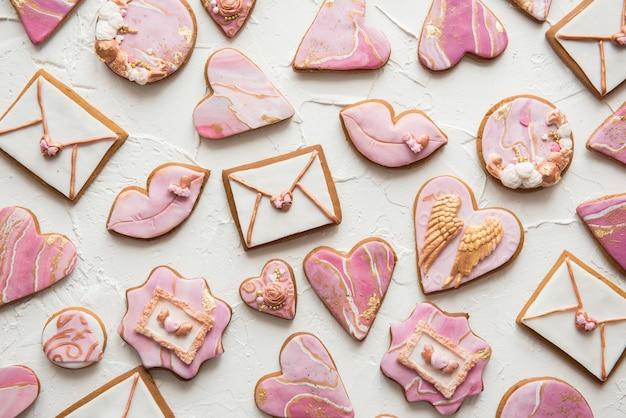 Valentine cookies: corazones, sobres, labios sobre fondo blanco.
