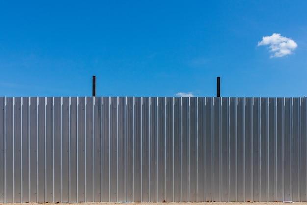 Valla de aluminio para proteger el área de construcción.