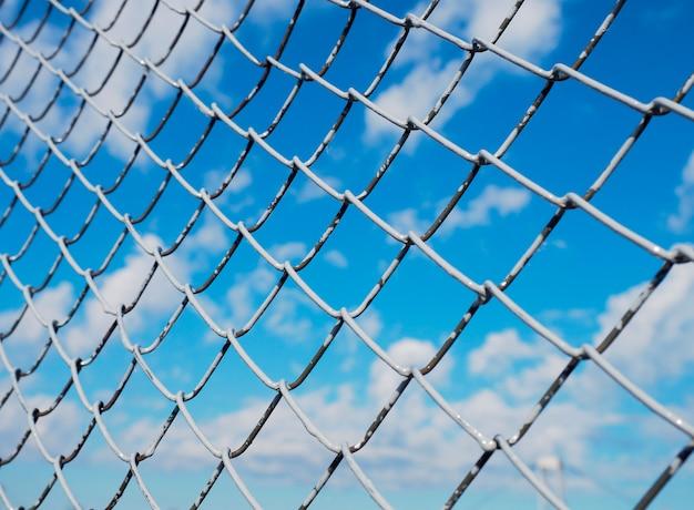 Una valla hecha de malla de alambre.
