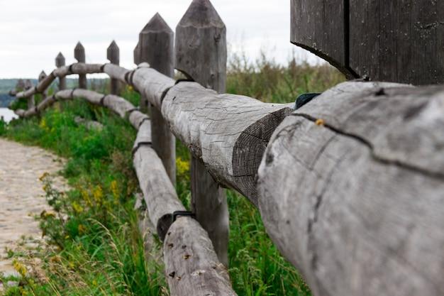Valla de madera que se extiende en la distancia