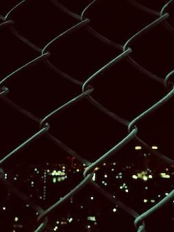 Valla de malla soldada con vista nocturna