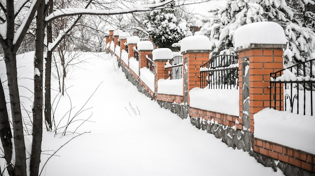 Valla bajo la nieve