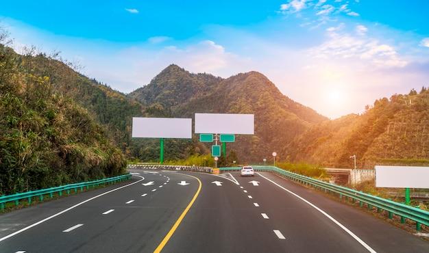 Vallas publicitarias en las autopistas