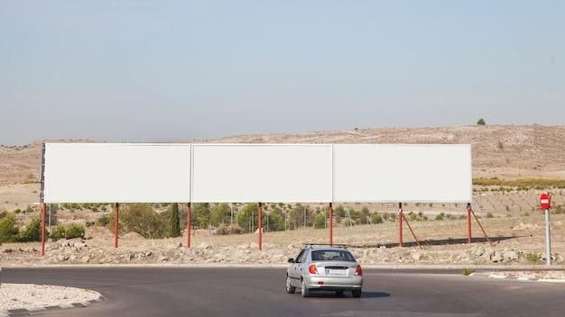 Vallas publicitarias en blanco cerca de la autopista.