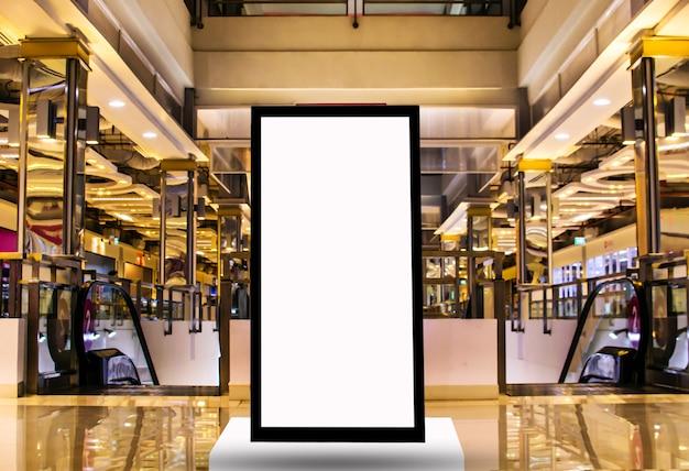 Vallas publicitarias en blanco en grandes almacenes