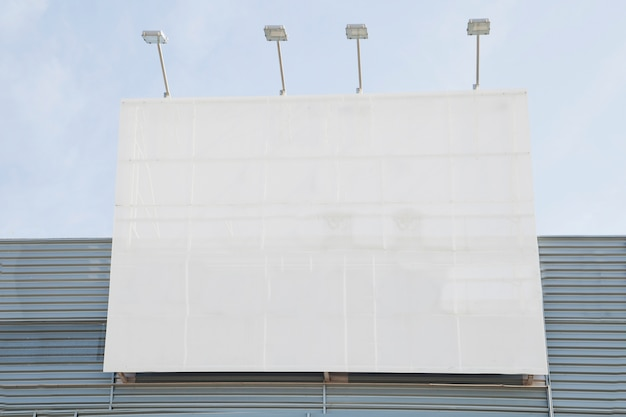 Vallas publicitarias en blanco con luces