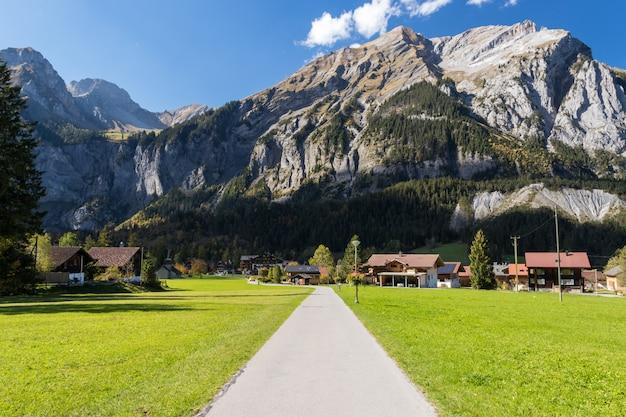 Valle de kandersteg con hierba verde y montaña en suiza