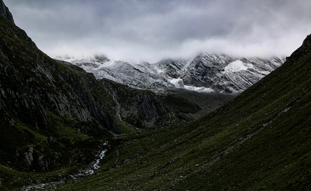 Valle de la montaña bajo cielo nublado