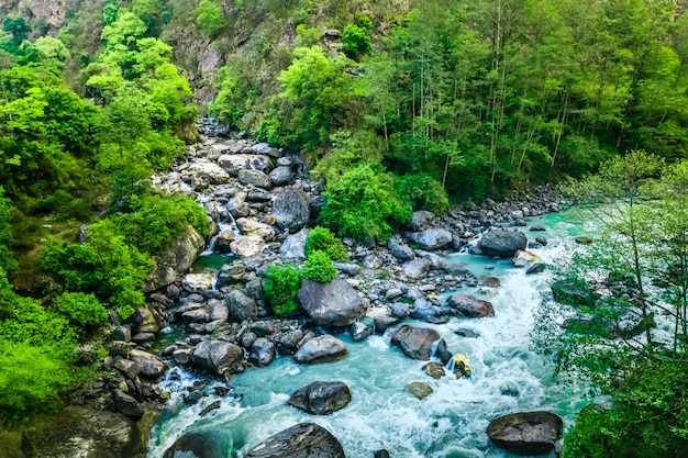Valle de la montaña hermoso paisaje fluvial