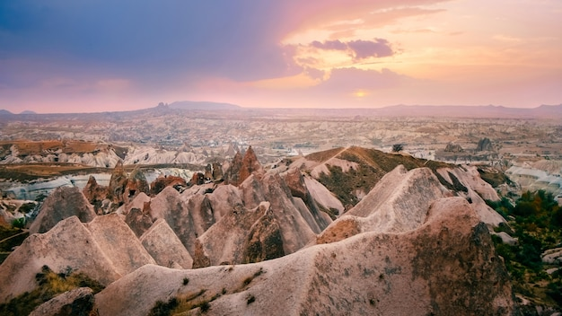 Valle de montaña roja en paisaje de capadocia