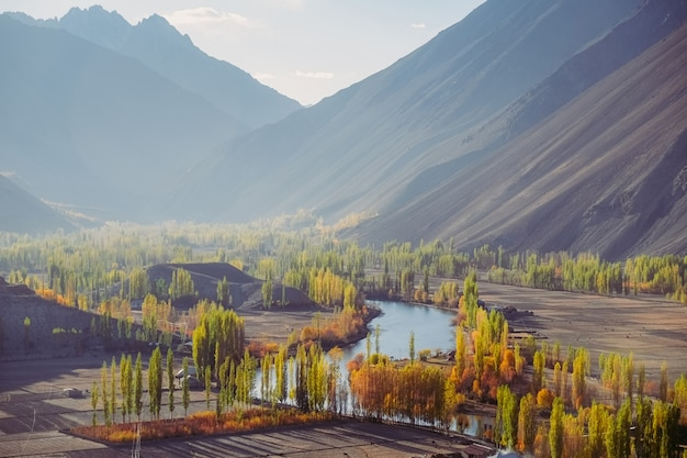 Valle de phander contra la cordillera del hindu kush en otoño