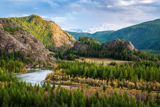 Valle del río chuya, paisaje de montaña otoñal. montaña altai, rusia