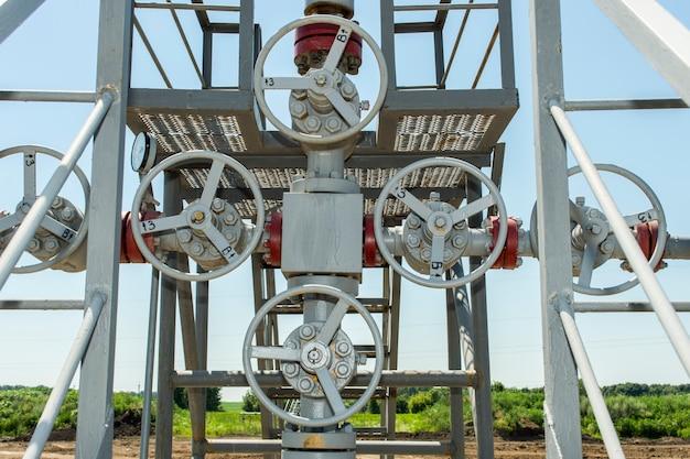 Válvulas de metal gris en tuberías de gas.