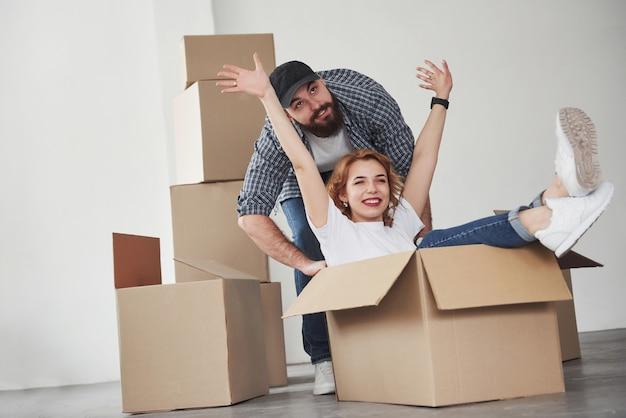 Vamos a divertirnos un poco. pareja feliz juntos en su nueva casa. concepción de mudanza