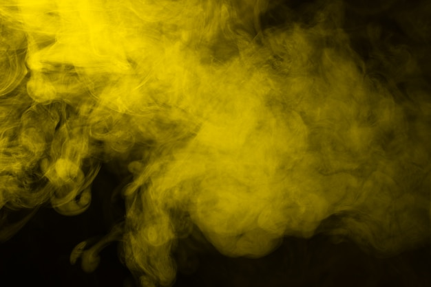 Vapor amarillo sobre un fondo negro.
