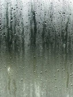 Vapor de niebla en la ventana del espejo